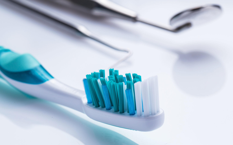 Implanttihampaiden puhdistus – Miksi ja miten?